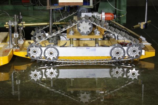 Schubboot mit Blattkettenantrieb im Modellversuch