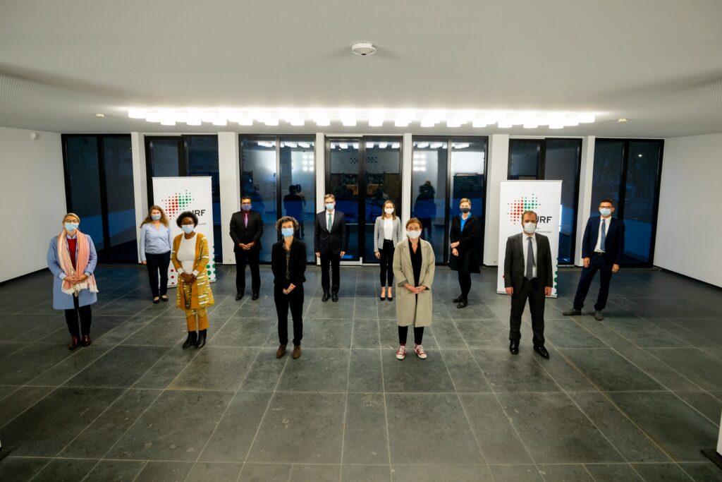 Die Akteure der JRF-Veranstaltung (v.l.n.r.): Katja von Loringhoven (Duisburger Hafen AG), Dr. Simone Christ (BICC), Veye Tatah (AIMMAD), Cyril Alias (DST), Dr. Eva Dick (DIE), Prof. Dr. Dieter Bathen (JRF), Ramona Fels (JRF), Miriram Koch (Stadt Düsseldorf), Dr. Heike Hanhörster (ILS), Cem Sentürk (ZfTI), Prof. Dr. Conrad Schetter (BICC) (Foto: JRF)